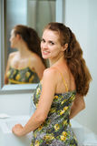Retrato de la mujer feliz en cuarto de baño Imagenes de archivo