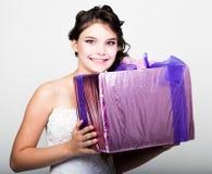Retrato de la mujer feliz joven con la caja de regalo en manos Fotos de archivo