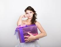 Retrato de la mujer feliz joven con la caja de regalo en manos Fotos de archivo libres de regalías