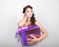Retrato de la mujer feliz joven con la caja de regalo en manos Imagenes de archivo