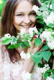 Muchacha feliz en un jardín floreciente Fotografía de archivo libre de regalías