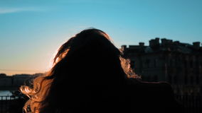 Retrato de la mujer feliz que da vuelta alrededor en puesta del sol almacen de metraje de vídeo