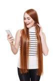 Retrato de la mujer feliz que llama el teléfono móvil aislado en el blanco Imagen de archivo libre de regalías