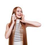 Retrato de la mujer feliz que llama el teléfono móvil aislado en el blanco Fotos de archivo