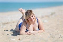Retrato de la mujer gorda en traje de baño de una sola pieza en el mar Fotografía de archivo