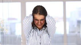 Retrato de la mujer de griterío enojada que va loca metrajes