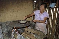 Retrato de la mujer guatemalteca de cocinar interior Imagenes de archivo