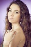 Retrato de la mujer hermosa atractiva y del hombro descubierto Foto de archivo
