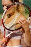 Retrato de la mujer hermosa con el cohete del tenis al aire libre Reconstrucción del deporte del verano fotos de archivo libres de regalías