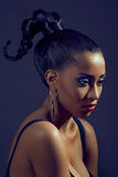 Retrato de la mujer hermosa con el peinado con estilo Fotografía de archivo libre de regalías
