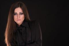 Retrato de la mujer hermosa con el pelo largo en fondo negro Fotos de archivo libres de regalías