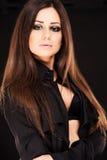 Retrato de la mujer hermosa con el pelo largo en fondo negro Foto de archivo libre de regalías