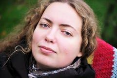 Retrato de la mujer hermosa con el pelo que se encrespa fotografía de archivo libre de regalías