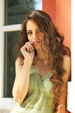 Retrato de la mujer hermosa con el pelo rizado largo Imágenes de archivo libres de regalías