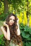 Retrato de la mujer hermosa con el pelo rizado largo Fotos de archivo libres de regalías