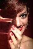 Retrato de la mujer hermosa con el presente Fotografía de archivo libre de regalías
