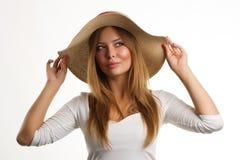 Retrato de la mujer hermosa con el sombrero de paja Fotografía de archivo libre de regalías
