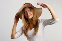 Retrato de la mujer hermosa con el sombrero de paja Imagen de archivo libre de regalías