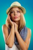 Retrato de la mujer hermosa con el sombrero de paja Imagenes de archivo