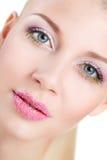 Retrato de la mujer hermosa con la flor de la orquídea en su pelo. Woman Face modelo hermoso. Piel perfecta. Make-up.Makeup profes Fotos de archivo libres de regalías