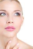 Retrato de la mujer hermosa con la flor de la orquídea en su pelo. Woman Face modelo hermoso. Piel perfecta. Make-up.Makeup profes Imágenes de archivo libres de regalías