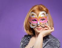 Retrato de la mujer hermosa con la máscara del festival Fotografía de archivo
