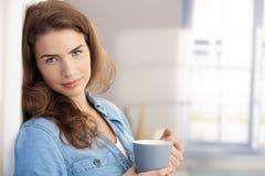 Retrato de la mujer hermosa con la taza del té imagen de archivo libre de regalías