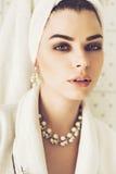 Retrato de la mujer hermosa con la toalla en el pelo y la joyería Fotografía de archivo