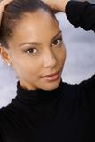 Retrato de la mujer hermosa con las manos en pelo Foto de archivo libre de regalías