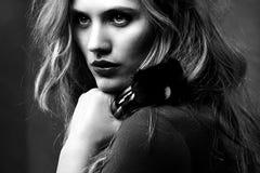 Retrato de la mujer hermosa con los cepillos del maquillaje Imagen de archivo libre de regalías
