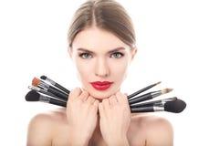 Retrato de la mujer hermosa con los cepillos del maquillaje Imagen de archivo