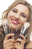 Retrato de la mujer hermosa con los cepillos para el maquillaje Imagen de archivo libre de regalías