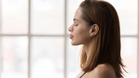 Retrato de la mujer hermosa con los ojos cerrados, yoga practicante, meditación fotos de archivo libres de regalías