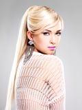 Mujer hermosa con maquillaje de la moda y pelos blancos largos fotografía de archivo libre de regalías