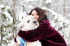 Retrato de la mujer hermosa con su pastor ruso del sur Dog en un fondo del bosque conífero del invierno fotografía de archivo libre de regalías