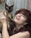Retrato de la mujer hermosa con un gato. Imagen de archivo