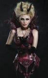 Retrato de la mujer hermosa del diablo en vestido sexy oscuro Imagenes de archivo