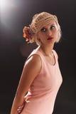 Retrato de la mujer hermosa del retro-estilo en capo imagenes de archivo