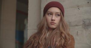 Retrato de la mujer hermosa del youn que se coloca en una calle de la ciudad almacen de video