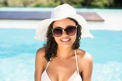 Retrato de la mujer hermosa en gafas de sol que llevan del bikini Imagen de archivo