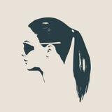 Retrato de la mujer hermosa en lentes de sol negros Imagen de archivo