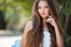 Retrato de la mujer hermosa en parque del verano Fotos de archivo libres de regalías