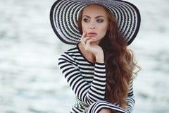 Retrato de la mujer hermosa en sombrero en el embarcadero Imagen de archivo