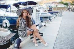 Retrato de la mujer hermosa en sombrero en el embarcadero Imagenes de archivo