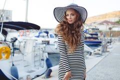 Retrato de la mujer hermosa en sombrero en el embarcadero Foto de archivo libre de regalías