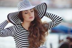 Retrato de la mujer hermosa en sombrero en el embarcadero Imágenes de archivo libres de regalías