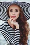 Retrato de la mujer hermosa en sombrero en el embarcadero Fotos de archivo
