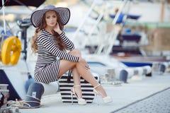 Retrato de la mujer hermosa en sombrero en el embarcadero Imagen de archivo libre de regalías