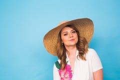 Retrato de la mujer hermosa en sombrero en espacio azul del fondo y de la copia Imagenes de archivo