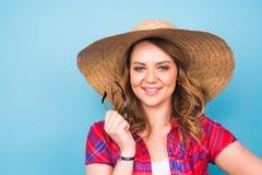 Retrato de la mujer hermosa en sombrero en espacio azul del fondo y de la copia Fotografía de archivo